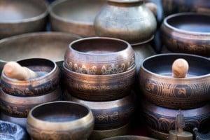 Des sons bénéfiques produits par des bols tibétains vous conduisent à un état de sérénité profonde et de méditation