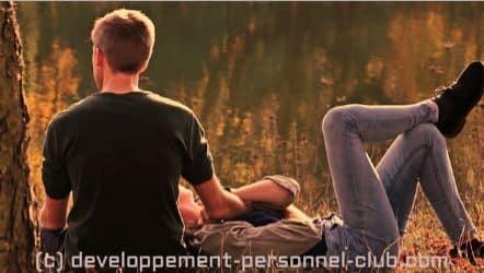 Comment entretenir la flamme dans un couple ? Vivre une relation intime est un défi d'envergure et développer et maintenir une relation amoureuse saine sur la durée